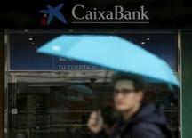 Un peatón pasa por delante de una sucursal de Caixabank in Madrid el 28 de enero de 2016. Caixabank, el tercer prestamista más grande de España, reportó el viernes una pérdida de 182 millones de euros (198 millones de dólares) en el cuarto trimestre del 2015 después de que fue golpeado por costos extraordinarios, incluyendo amortizaciones en la firma de energía Repsol, en la que posee una participación. REUTERS/Sergio Perez