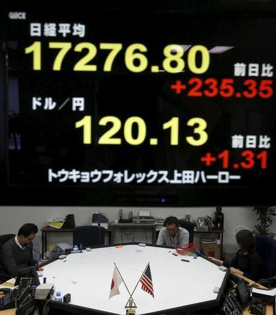 1月29日、日銀は金融政策決定会合で、封印していたマイナス金利の導入に踏み切り、目標に掲げる2%の物価安定目標達成に強い意志を示した。金融市場は株高・円安で反応し、日銀の「奇襲」が成功したように見える。都内で外為取引会社で撮影(2016年 ロイター/Yuya Shino)