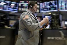 Operadores trabajando en la Bolsa de Nueva York. 28 de enero de 2016. Inversores globales redujeron en enero sus posiciones en acciones estadounidenses y elevaron los niveles de efectivo, mostró el viernes un sondeo de Reuters, luego de que el índice S&P 500 sufrió su peor desempeño para un primer mes del año desde 2009 y las bolsas mundiales perdieron más de 8 billones de dólares. REUTERS/Brendan McDermid