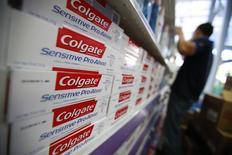 Продукция Colgate на полке супермаркета в Каракасе. 12 февраля 2013 года. Компания Colgate-Palmolive Co отчиталась о более низких, чем ожидалось, квартальных продажах, пострадавших на фоне сильного доллара и слабого спроса в Латинской Америке. REUTERS/Jorge Silva