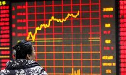Una inversora observa un panel con información bursátil en Huaibei, China, ene 29, 2016. Se espera que los líderes de China establezcan un objetivo de crecimiento económico en un rango de entre el 6,5 por ciento y el 7 por ciento para este año, dijeron fuentes cercanas al tema, lo que supone la primera vez que se fija una banda orientativa ante la incertidumbre de las perspectivas para los gestores de la política económica.  REUTERS/China Daily Imagen de uso no comercial, ni de ventas, ni de archivo. Solo para uso editorial. No está disponible para su venta en marketing o en campañas publicitarias. Esta fotografía fue entregada por un tercero y es distribuida, exactamente como fue recibida por Reuters, como un servicio para sus clientes.