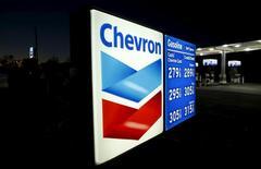 Una gasolinera de Chevron en Cardiff, EEUU, ene 25, 2016. La petrolera Chevron Corp reportó el viernes su primera pérdida trimestral en más de 13 años, en momentos en que lucha por hacer frente a una fuerte caída de los precios del crudo que erosiona las ganancias en todas sus divisiones.  REUTERS/Mike Blake