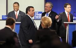 Pré-candidatos republicanos à Presidência dos EUA conversam ao término do debate realizado pela emissora Fox News, em Des Moines. 28/01/2016 REUTERS/Jim Young