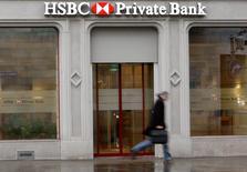En la imagen de archivo, un hombre pasa raudamente frente a una oficina del banco HSBC en Zúrich, Suiza, el 3 de febrero de 2010. El banco más grande de Europa congelará contrataciones y salarios a nivel global en 2016, dijeron a Reuters dos fuentes familiarizadas con el asunto. REUTERS/Arnd Wiegmann (SWITZERLAND - Tags: BUSINESS CRIME LAW POLITICS) - RTR29S6S