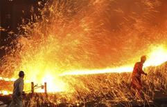 Рабочие сталелитейной фабрики Dongbei Special Steel Group Co. Ltd. в Даляне. Активность китайского производственного сектора в январе сократилась максимально за почти три с половиной года, показали результаты официального исследования, указывая на то, что вторая по величине экономика мира слабо начала 2016 год, и прибавляя оснований для принятия новых стимулирующих мер в ближайшее время. REUTERS/China Daily