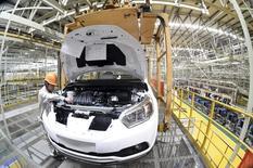 Foto de archivo: Un empleado trabaja en una línea de producción en una fábrica de Dongfeng Nissan Passenger Vehicle Co. en Zhengzhou, provincia de Henan, China, 12 de noviembre del 2015. La actividad manufacturera china se contrajo en enero a su ritmo más acelerado en casi tres años y medio, mostró un sondeo oficial, lo que sugiere la segunda economía más grande del mundo ha tenido un débil comienzo en el 2016 y refuerza el argumento a favor de un estímulo en el corto plazo. REUTERS/Stringer