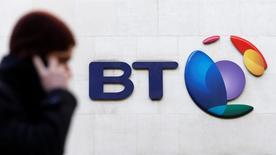 BT Group a annoncé une restructuration de ses activités afin d'intégrer l'opérateur mobile EE, tout en faisant état de la plus forte hausse de son chiffre d'affaires trimestriel en sept ans. BT a précisé que son chiffre d'affaires avait augmenté de 4,7% au troisième trimestre 2015-2016, à 4,6 milliards de livres tandis que son excédent brut d'exploitation (EBE) progressait de 3%, à 1,6 milliard. /Photo d'archives/REUTERS/Suzanne Plunkett