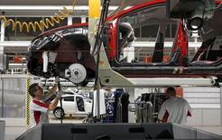 Las ventas de coches en España siguieron creciendo a un ritmo elevado en el primer mes de 2016, prorrogando su senda alcista por 29 meses consecutivos, dijo el lunes la patronal de fabricantes de vehículos Anfac. En la imagen de archivo, un trabajador en una fábrica de SEAT en Martorell. REUTERS/Gustau Nacarino