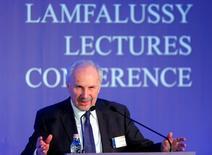 Ewald Nowotny, miembro del consejo de gobierno del Banco Central Europeo, dijo el lunes que espera que los mercados adopten un enfoque más racional respecto a la reunión de la entidad en marzo, ante las excesivas expectativas sobre medidas de alivio cuantitativo surgidas en diciembre. En la imagen, Ewald Nowotny en una conferencia en Budapest, 1 de febrero de 2016. . REUTERS/Laszlo Balogh -