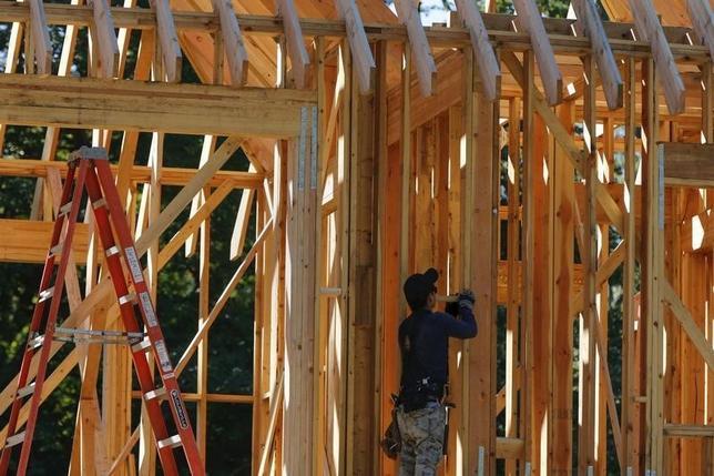 2月1日、12月の米建設支出は前月比0.1%増と、市場予想の0.6%増を下回った。写真はニューヨーク州の住宅建設現場。昨年9月撮影。(2016年 ロイター/ Shannon Stapleton)