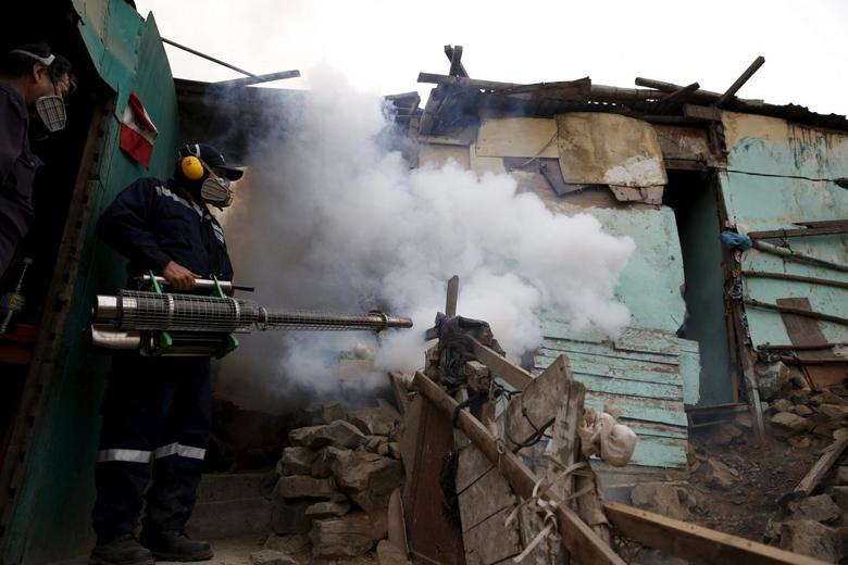 A health worker fumigates a house during a campaign against the Zika virus and other mosquito-borne diseases at Carabayllo district on the outskirts of Lima, Peru February 1, 2016.  REUTERS/Mariana Bazo