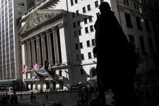 Здание Нью-Йоркской фондовой биржи и памятник Джорджу Вашингтону.  Cильный рост акций Facebook и Alphabet помог фондовому рынку США сократить потери и обеспечил подъем к концу торговой сессии понедельника, позволив ключевым индексам закрыться практически без изменений. REUTERS/Mike Segar
