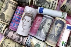 Евро, гонконгский доллар, американский доллар, иена, фунт и юань.  Японская иена укрепила позиции в ходе торгов вторника, поскольку снижение цен на нефть оказало давление на рынки акций и уменьшило аппетит инвесторов к риску.  REUTERS/Jason Lee