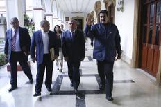Глава Роснефти Игорь Сечин (второй справа) во время встречи с президентом Венесуэлы Николасом Мадуро (справа) и главой PDVSA Эулохио дель Пино (слева) в Каракасе. 27 мая 2015 года. Глава Роснефти Игорь Сечин и министр нефти Венесуэлы Эулохио дель Пино обсудили во вторник возможную координацию усилий по нормализации ситуации на мировом рынке нефти, сообщила Роснефть. REUTERS/Miraflores Palace/Handout via Reuters