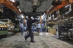 Funcionário trabalhando em fábrica de automovéis em São Paulo.    13/08/2013    REUTERS/Nacho Doce