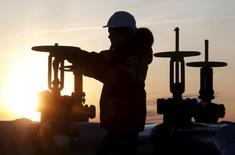 Un trabajador revisa la válvula de un oleoducto en el campo petrolero Imilorskoye, de la compañía Lukoil, afuera de la ciudad de Kogalym, Rusia, 25 de enero de 2016. Dos altos funcionarios rusos hablaron sobre una eventual cooperación con la OPEP para impulsar el precio del petróleo, aunque datos mostraron que el bombeo de Rusia alcanzó en enero su máximo de la era post-soviética, sugiriendo que el mayor productor mundial sigue con sus esfuerzos por ganar mercado. REUTERS/Sergei Karpukhin