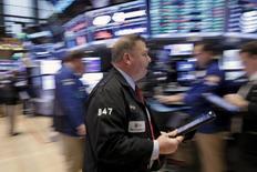 Трейдеры на фондовой бирже в Нью-Йорке. 29 января 2016 года. Уолл-стрит открылась снижением во вторник в связи с тем, что падение цен на нефть отрицательно сказалось на акциях энергетических компаний. REUTERS/Brendan McDermid
