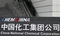 Эскалатор штаб-квартиры ChemChina в Пекине. Китайская химическая госкомпания ChemChina сделает официальное предложение о покупке швейцарского химического концерна Syngenta за $43 миллиарда, сообщили компании в среду. REUTERS/Stringer