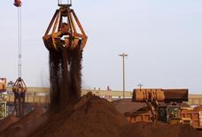 Guindastes descarregam minério de ferro importado em porto de Rizhao, na China. 06/12/2015 REUTERS/Stringer