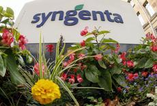 Las bolsas europeas cayeron el miércoles con fuerza, arrastradas por los flojos resultados de algunas empresas líderes, aunque los títulos de Syngenta contuvieron la bajada con su subida después de que ChemChina acordase una oferta por el grupo suizo de semillas y pesticidas. En la imagen, unas flores frente al logo de Syngenta en la sede de la compañía en Basilea el  19 de agosto de 2015.  REUTERS/Arnd Wiegmann