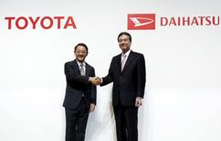 Toyota Motor Corp President Akio Toyoda (L) shakes hands with Daihatsu Motor Co. President Masanori Mitsui after a joint news conference in Tokyo, Japan, January 29, 2016. REUTERS/Yuya Shino