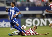 Stuart Holden of the U.S. tackles Honduras' Diego Reyes (L) during their CONCACAF Gold Cup soccer match in Arlington, Texas July 24, 2013. REUTERS/Mike Stone