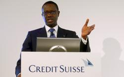 Tidjane Thiam, directeur général de Credit Suisse qui a annoncé jeudi au titre de 2015 une première perte annuelle depuis 2008 en raison d'une lourde charge pour dépréciation sur son activité de banque d'investissement  /Photo prise le 4 février 2016/REUTERS/Arnd Wiegmann