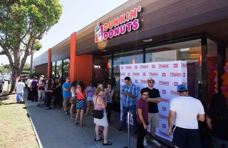 People stand in line outside a newly opened Dunkin' Donuts store in Santa Monica, California September 2, 2014.  REUTERS/Mario Anzuoni