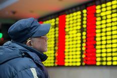 Un inversor mira un tablero electrónico que muestra la información de las acciones, en una correduría en Nanjing, China. 26 de enero de 2016. Las acciones chinas rebotaron más de un 1 por ciento el jueves, impulsadas por los valores ligados a las materias primas, luego de que un desplome del dólar el día anterior redujo las preocupaciones sobre una depreciación del yuan, al menos temporalmente. REUTERS/China Daily