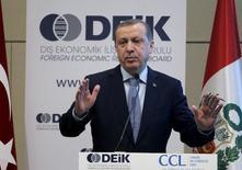 Президент Турции Тайип Эрдоган на бизнес-форуме в Лиме. 3 февраля 2016 года. Президент Турции Тайип Эрдоган сказал, что сирийские мирные переговоры в Женеве бессмысленны, пока силы президента Асада и Россия продолжают атаки в стране. REUTERS/Janine Costa