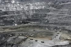 Вид на месторождение Кумтор в Киргизии. 31 мая 2011 года. Киргизия, зависящая от добычи золота на ключевом для нее руднике Кумтор, намерена оспорить в суде дополнительную эмиссию акций канадским разработчиком месторождения Centerra Gold, снизившую долю страны в проекте. REUTERS/Vladimir Piragov