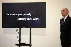 Министр обороны Польши Антоний Мацеревич объявляет о решении возобновить расследование авиакатастрофы, которая унесла в 2010 году в России жизни президента Польши Леха Качиньского и других высокопоставленных лиц. Фото сделано в Варшаве 4 февраля 2016 года. Новое правительство Польши в четверг возобновило расследование гибели президента Леха Качиньского в авиакатастрофе под российским Смоленском в 2010 году, сделав шаг, способный еще больше осложнить отношения с Москвой, натянувшиеся из-за кризиса на Украине. REUTERS/Slawomir Kaminski/Agencja Gazeta