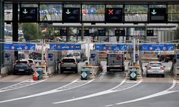 Vinci prévoit une hausse de ses résultats en 2016, l'augmentation des péages d'autoroutes et une plus grande sélectivité dans les prises d'affaires devant lui permettre de compenser une conjoncture économique toujours incertaine. Le bénéfice net du groupe a baissé de 17,7% en 2015, à 2,05 milliards d'euros, reflet notamment d'un comparatif défavorable lié à la cession l'année précédente d'une majorité de son activité d'exploitation de parkings. /Photo d'archives/REUTERS/Eric Gaillard