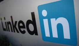 Foto de archivo del logo de LinkedIn Corporation en Mountain View, California. Feb 6, 2013. LinkedIn Corp pronosticó utilidades e ingresos para el trimestre en curso por debajo de las estimaciones de analistas, a raíz de la debilidad de su negocio de servicios de reclutamiento en mercados fuera de América del Norte. REUTERS/Robert Galbraith