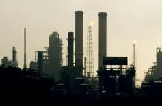 Imagen de archivo de la refinería Amuay de Venezuela durante el amanecer en Punto Fijo, 545 kilómetros al oeste de Caracas. 18 de mayo, 2006. El craqueador catalítico y el flexicoquer de la mayor refinería de Venezuela, con capacidad para procesar 645.000 barriles por día de crudo (bpd), siguen detenidos desde un apagón el 13 de enero, dijo el jueves un líder sindical crítico del Gobierno. REUTERS/Jorge Silva