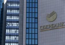 Штаб-квартира Сбербанка в Москве. Крупнейший банк РФ - государственный Сбербанк - в январе 2016 года увеличил чистую прибыль, рассчитанную по российским стандартам, в 7,6 раза до 28,3 миллиарда рублей с 3,7 миллиарда рублей годом ранее на фоне роста чистого процентного дохода, сообщил банк в пятницу. REUTERS/Sergei Karpukhin