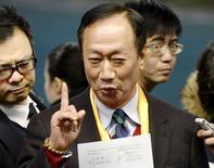 Foxconn debería ser capaz de alcanzar un acuerdo para adquirir Sharp Corp en las próximas dos o tres semanas, después de que las dos compañías alcanzaran un consenso en la mayoría de los puntos de la reunión el viernes, dijo el consejero delegado Terry Gou. En la imagen, el fundador y presidente de la taiwanesa Foxconn Technology, Terry Gou, habla a periodistas después de una reunión con ejecutivos de Sharp Corp, en la sede central de Sharp's en Osaka, Japón, en esta imagen tomada por Kyodo el 5 de febrero de 2016. REUTERS/Kyodo