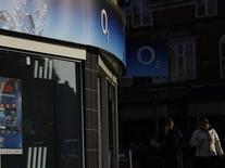 CK Hutchison Holdings Ltd ha recibido la opinión de la Unión Europea sobre su plan de comprar O2 a Telefónica para crear el mayor operador de telefonía móvil del Reino Unido y reducir el número de operadores con red de cuatro a tres, según una persona conocedora de la situación. En la imagen, dos mujeres hablan por teléfono junto a una tienda de O2 en Loughborough, Inglaterra, el 23 de enero de 2015.  REUTERS/Darren Staples