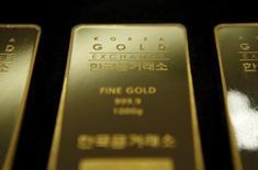 Una barra de oro de un kilo de peso almacenada en Seúl, jul 31, 2015. El oro tocó máximos de tres meses el viernes y se dirigía a mayor avance semanal en un mes después de que crecientes dudas de que la Reserva Federal de Estados Unidos siga elevando las tasas de interés en ese país presionaron al dólar.   REUTERS/Kim Hong-Ji