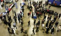 El crecimiento del empleo en Estados Unidos se desaceleró en enero más de lo previsto al disiparse el avance de las contrataciones por un clima invernal inusualmente moderado, pero el aumento de salarios y una tasa de desempleo en mínimos en ocho años sugirió que la recuperación del mercado laboral permanece firme. En la imagen, personas que buscan empleo en una feria de la cámara de comercio en Washington, el  8 de enero de 2016. REUTERS/Gary Cameron