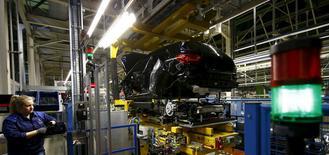 La confianza en la zona euro se deterioró más de lo previsto en febrero ya que las preocupaciones sobre la economía mundial llevaron a los inversores a reducir las expectativas al nivel más bajo desde noviembre de 2014, según un sondeo publicado el lunes. En la foto, un empleado de la fabrica de Mercedes Benz observa la conexión entre la carroceria y el chasis de un clase A en la linea de producción de una fábrica en Rastatt, Alemania, 22 de enero 2016.     REUTERS/Kai Pfaffenbach