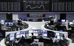 Operadores trabajando en la Bolsa de Fráncfort, Alemania. 3 de febrero de 2016. Las bolsas europeas caían con fuerza el lunes y ampliaban los descensos de la semana anterior, ya que los sectores cíclicos perdían terreno ante las persistentes dudas sobre el ritmo del crecimiento económico mundial. REUTERS/Staff