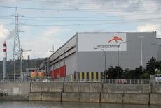 ArcelorMittal se replie de 6,69% à la Bourse de Paris à la mi-séance en réaction à la réduction par plusieurs analystes de leur objectif de cours après l'annonce vendredi d'une augmentation de capital de trois milliards de dollars. Le CAC 40 de son côté recule de 2,37% à 4.101,04 points vers 12h30. /Photo d'archives/REUTERS/Laurent Dubrule