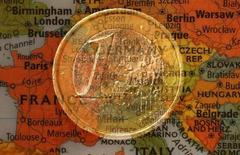 Ilustración fotográfica que muestra una moneda de un euro y el mapa de Europa. Tomada el 9 de enero de 2013. La confianza en la zona euro se deterioró más de lo previsto en febrero, ya que las preocupaciones sobre la economía mundial llevaron a los inversores a reducir las expectativas al nivel más bajo desde noviembre de 2014, según un sondeo publicado el lunes. REUTERS/Kai Pfaffenbach