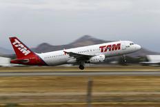 Un avión de la aerolínea brasileña TAM despega desde el Aeropuerto Internacional de Santiago, Chile, 27 de enero de 2016. La venta de pasajes de la aerolínea TAM, filial del grupo LATAM Airlines, no se ha visto impactada por causa de la propagación del virus de Zika en Brasil y en otros países de la región, dijo el lunes a Reuters la compañía. REUTERS/Ivan Alvarado
