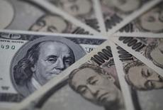 Un billete de 100 dólares junto a otros de 10.000 yenes en una ilustración fotográfica realizada en Tokio, feb 28, 2013. El yen se apreciaba el lunes cerca de medio punto porcentual contra el dólar, ya que las preocupaciones en torno a los bancos de Europa llevaban capital hacia activos de refugio como la moneda japonesa.  REUTERS/Shohei Miyano