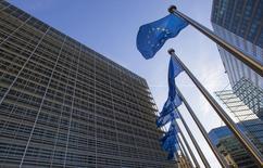 Banderas de la Unión Europea ondean a la entrada de la sede de la Comisión Europea, en Bruselas, el 29 de septiembre de 2015. Las nuevas normas que requieren a las empresas multinacionales que revelen datos fiscales y financieros a las autoridades en todos los países de la Unión Europea donde operan podrían ser acordadas para marzo, dijeron el lunes diplomáticos del bloque. REUTERS/Yves Herman