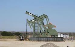 Una unidad de bombeo de crudo en Dewitt, EEUU, ene 13, 2016. Los precios del petróleo cayeron el lunes un 3 por ciento y cerraron su tercera sesión consecutiva en baja, por temores a que un exceso de suministros se profundice después de que una reunión entre Venezuela y Arabia Saudita dio pocos indicios de un acuerdo para subir la cotización. REUTERS/Anna Driver