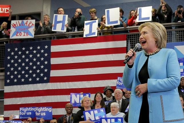 2月8日、米大統領選に向けた指名争い第2戦となる9日のニューハンプシャー州予備選を前に、民主党のヒラリー・クリントン前国務長官(写真右)は、陣営のスタッフと選挙戦略の変更を前倒しで検討している。ニューハンプシャー州で8日撮影(2016年 ロイター/Brian Snyder)