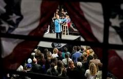 La aspirante a la nominación demócrata para las elecciones presidenciales de Estados Unidos Hillary Clinton estudia cambios en su equipo de campaña y en su estrategia antes de una esperada derrota el martes en las primarias de Nuevo Hampshire, informó la web de información Politico, que citó seis fuentes anónimas. En la foto, Hillary Clinton en un acto de la campaña electoral en Hudson, New Hampshire, el 8 de febrero de 2016.  REUTERS/Brian Snyder